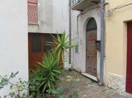 Due case in centro storico-Menta