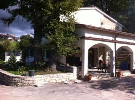 Villa unifamiliare con terrazzo e giardino recintato -  Corte
