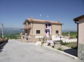 Villa indipendente con locale commerciale -  Colle
