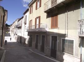 Casa indipendente con giardino e locali commerciali - Luppolo