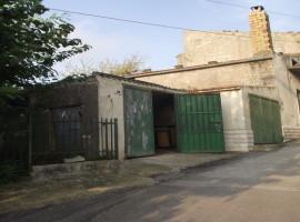 Casa da ristrutturare con garage e giardino